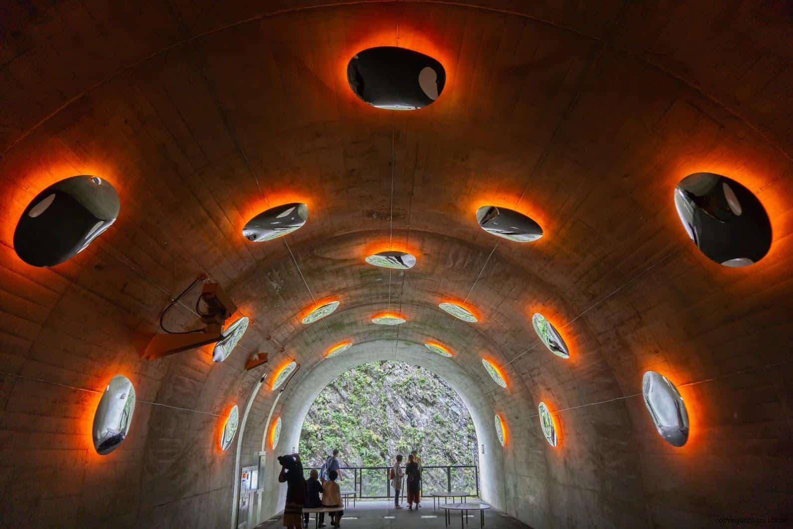 馬岩松,光洞,滴—火(第三觀景台),牆壁上加裝多面水滴形狀的鏡子,每面鏡子都可看到自己也看到別人,彷彿穿梭在現實與虛擬間找尋自我 越後妻有 光洞 periscopelight cave 17