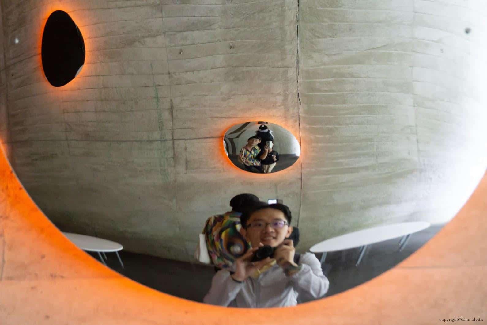 馬岩松,光洞,滴—火(第三觀景台),我在看自己也在看別人,對面的人亦同。對方真的有在看我嗎?我不知道,但對方也不知道我有沒有在看他,奇妙的視覺錯落體驗 越後妻有 光洞 periscopelight cave 18