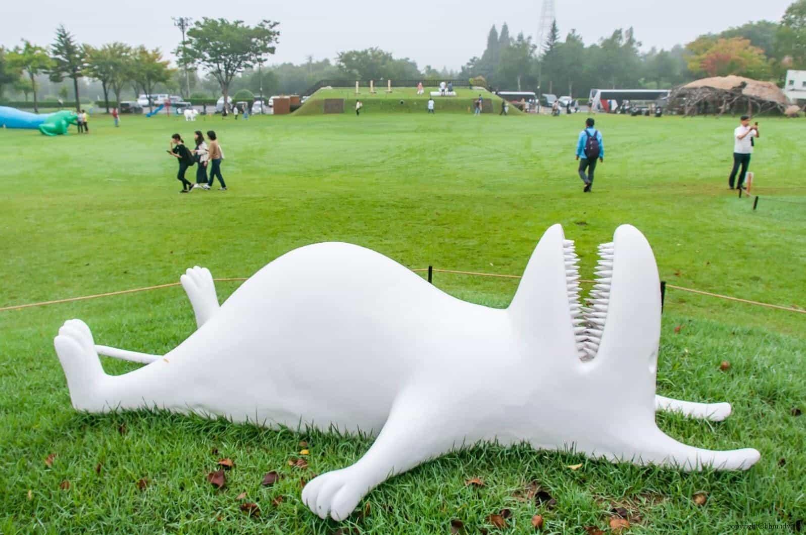 須佐美彩,放空不思考@里山藝術動物園;作品展示空間開闊,若不是時間不足還真想躺下來在廣闊的草坪上打滾發呆 藝術融於入環境 藝術融於入環境 satoyama art zoo 05