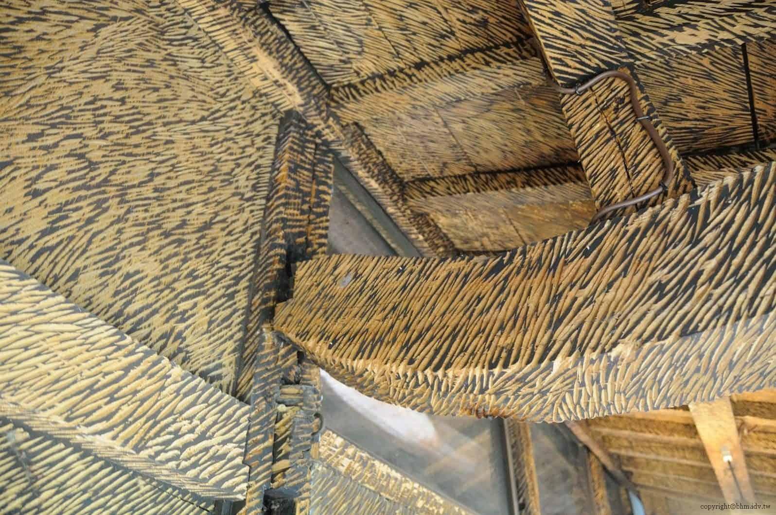 鞍掛純一+日本藝術大學雕刻組志工,脫皮之家,內部由於長年仰賴地火爐與爐灶生活,內牆全都被燻黑。透過彫刻後顯示出木頭原色,近看屋樑時可看得出每刀的下筆力道 脫皮之家 脫皮之家 sheding house 03 0x0