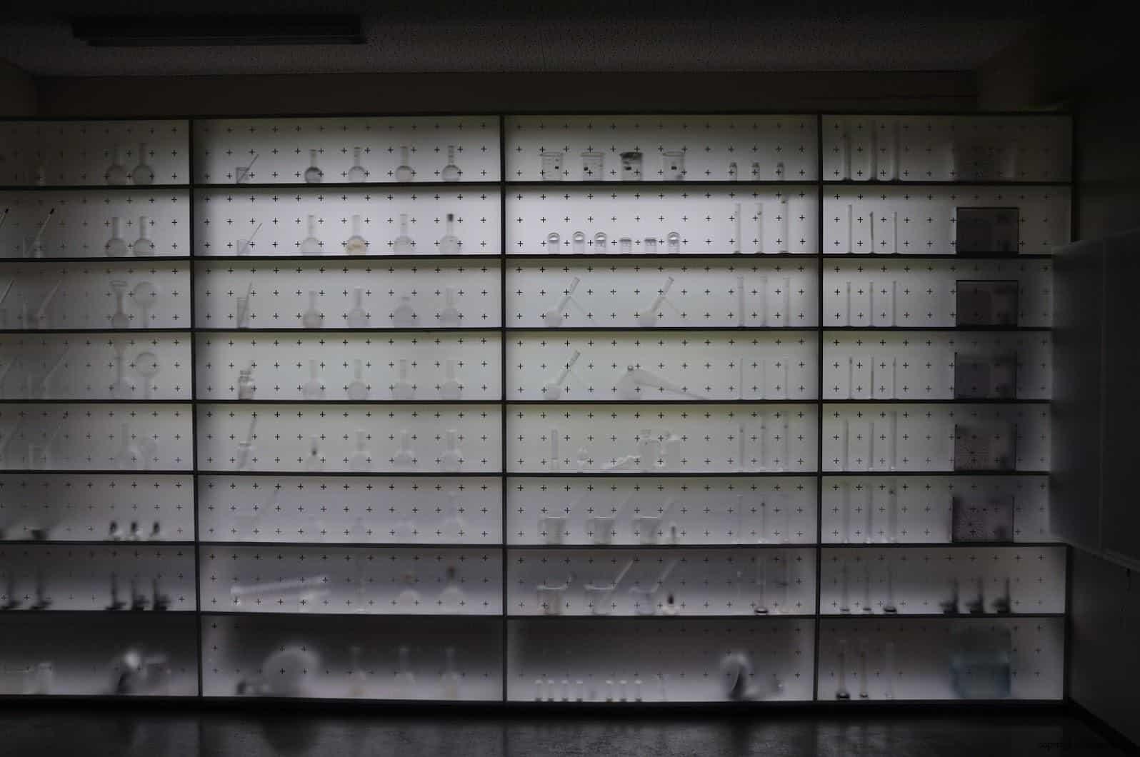 坦雅‧巴達利那,模糊的記憶,在毛玻璃上,透過昏暗的光線,似乎看到了國小科學教室中的實驗器材,回到了那時的回憶中... 模糊的記憶 模糊的記憶/南極雙年展-FRAM號2 stairs to the sky reminiscence vague memory 01