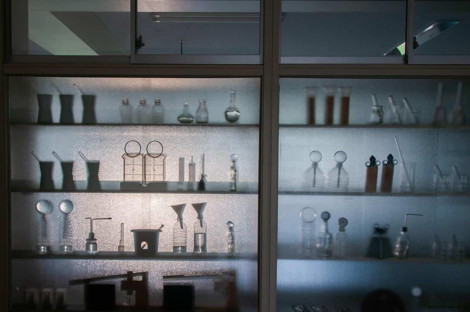 坦雅‧巴達利那,模糊的記憶,在毛玻璃上,透過昏暗的光線,似乎看到了國小科學教室中的實驗器材,回到了那時的回憶中... 模糊的記憶 模糊的記憶/南極雙年展-FRAM號2 stairs to the sky reminiscence vague memory 02 0x0