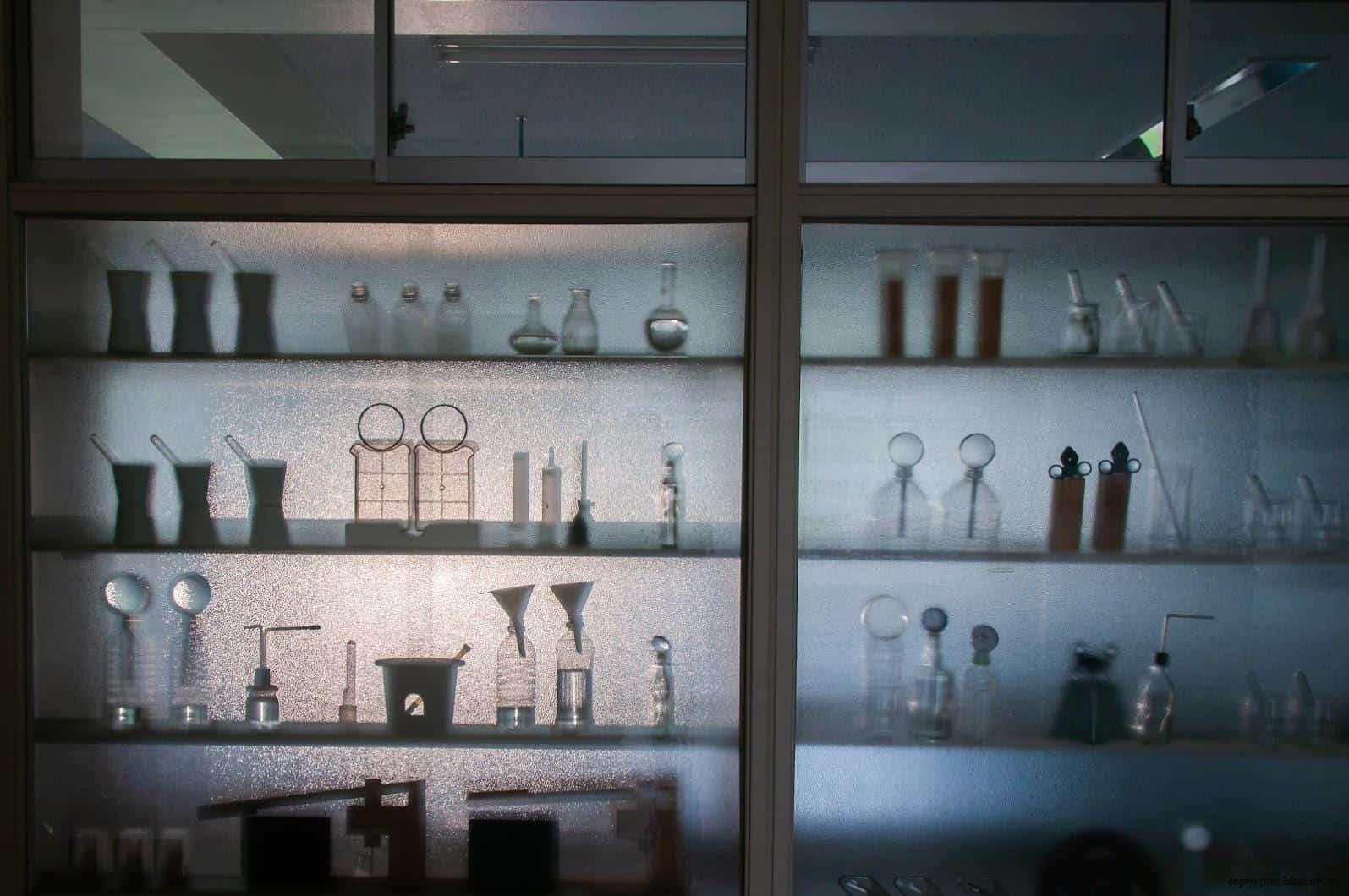 坦雅‧巴達利那,模糊的記憶,在毛玻璃上,透過昏暗的光線,似乎看到了國小科學教室中的實驗器材,回到了那時的回憶中... 模糊的記憶 模糊的記憶/南極雙年展-FRAM號2 stairs to the sky reminiscence vague memory 02