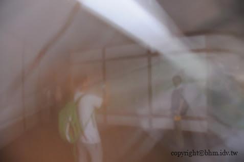 徐冰,背後的故事,本作品透過「光線」呈現出藝術作品,若無燈時是完全看不到作品。 背後的故事 背後的故事 story of the back side 07
