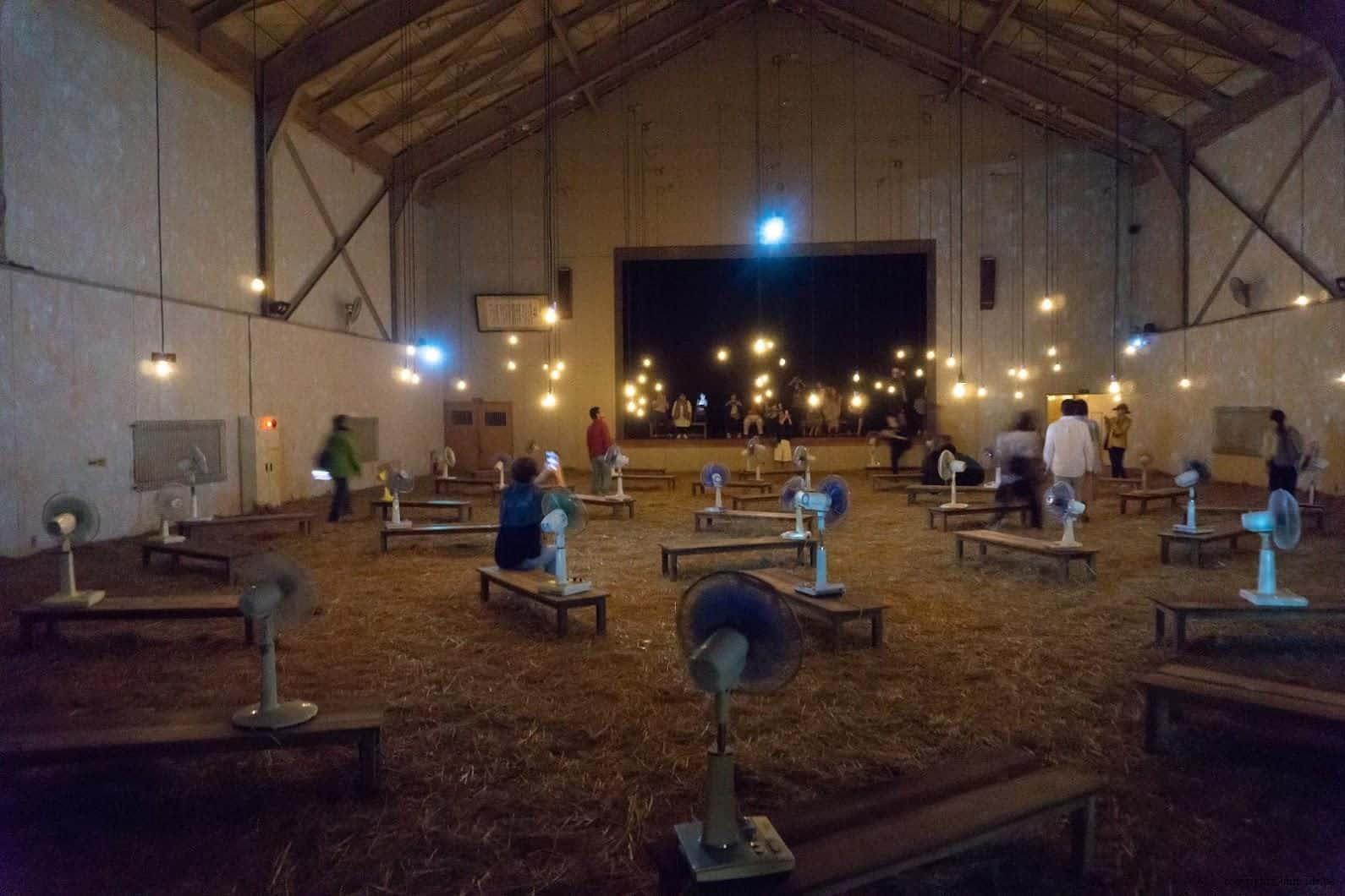 克利斯蒂安‧波爾坦斯基+將‧卡爾曼,最後的教室,幾乎全黑的體育館,稻草、微燈泡、風扇與投影星光 最後的教室 最後的教室 the last class 01 0x0