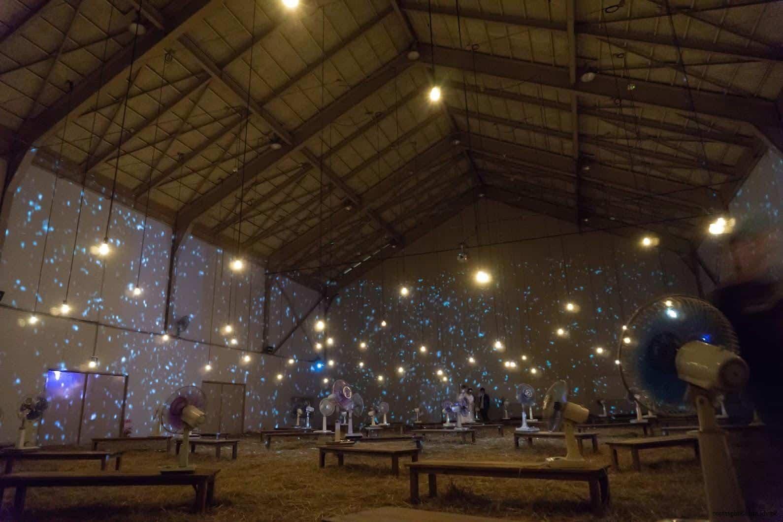 克利斯蒂安‧波爾坦斯基+將‧卡爾曼,最後的教室,幾乎全黑的體育館,稻草、微燈泡、風扇與投影星光 最後的教室 最後的教室 the last class 02