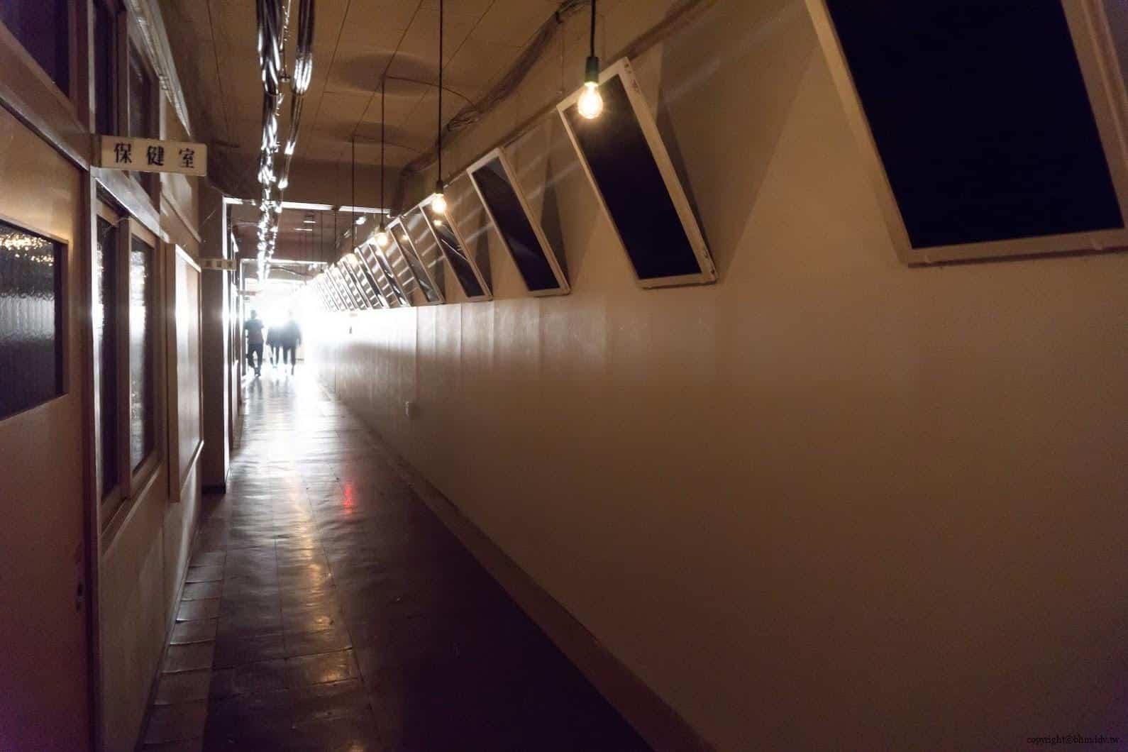克利斯蒂安‧波爾坦斯基+將‧卡爾曼,最後的教室,教室走廊遠方強燈將一旁沒有照片相框凸顯出來 最後的教室 最後的教室 the last class 03
