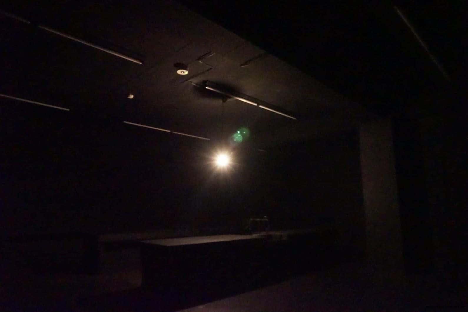克利斯蒂安‧波爾坦斯基+將‧卡爾曼,最後的教室,一盞垂落的燈、拉子的鐵門,昏暗燈光隨著燈泡擺盪 克利斯蒂安‧波爾坦斯基+將‧卡爾曼,最後的教室,伴隨著「動...動...動...」有頻率的低音敲打,燈泡也跟著明亮或熄滅,無形的壓力圍繞在身旁,忍不住想要快點離開這個鬼地方 最後的教室 最後的教室 the last class 05 0x0