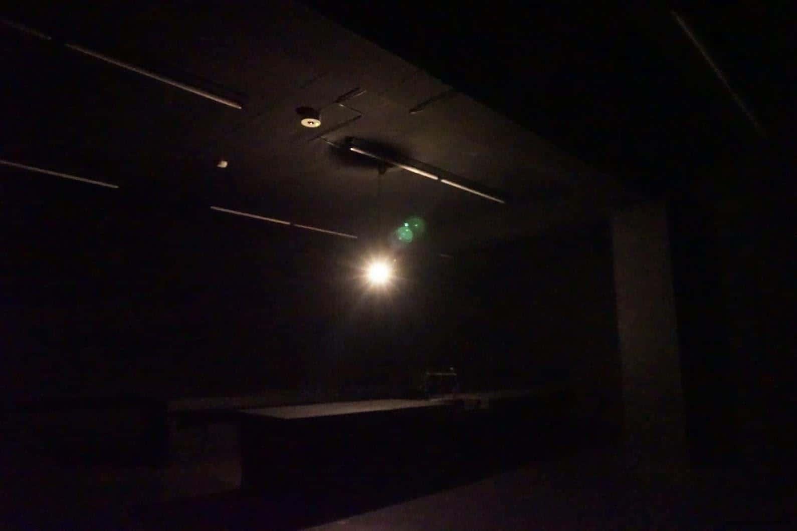 克利斯蒂安‧波爾坦斯基+將‧卡爾曼,最後的教室,一盞垂落的燈、拉子的鐵門,昏暗燈光隨著燈泡擺盪 克利斯蒂安‧波爾坦斯基+將‧卡爾曼,最後的教室,伴隨著「動...動...動...」有頻率的低音敲打,燈泡也跟著明亮或熄滅,無形的壓力圍繞在身旁,忍不住想要快點離開這個鬼地方 最後的教室 最後的教室 the last class 05