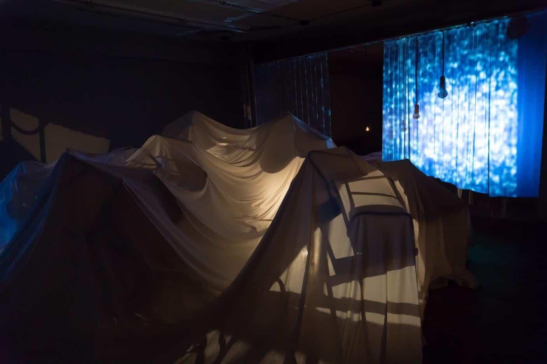 克利斯蒂安‧波爾坦斯基+將‧卡爾曼,最後的教室,批著白布的桌椅,靜靜的躺在下方,投影機的燈光也跟著忽現忽滅... 最後的教室 最後的教室 the last class 06