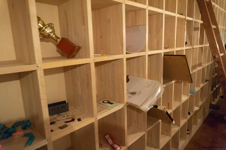 克利斯蒂安‧波爾坦斯基+將‧卡爾曼,最後的教室,沒有照片的相框大小錯落擺在前上,後方放著學生遺留的獎狀、玩具等物品 最後的教室 最後的教室 the last class 08