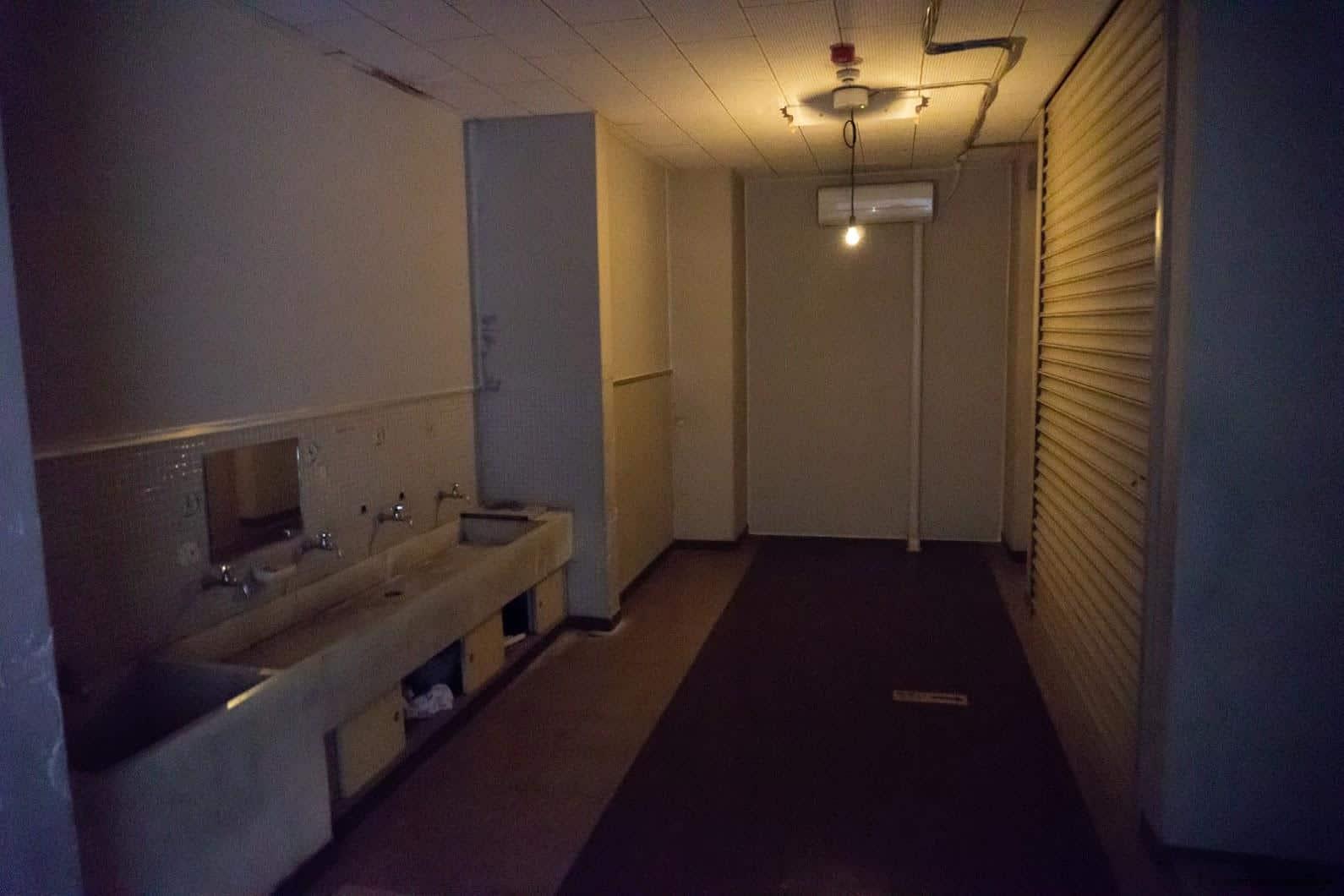 克利斯蒂安‧波爾坦斯基+將‧卡爾曼,最後的教室,一盞垂落的燈、拉子的鐵門,昏暗燈光隨著燈泡擺盪,讓我想到「沉默之丘Silent Hill」的遊戲場景設定,彷彿隨時都會變成裡世界(抖)... 最後的教室 最後的教室 the last class 09