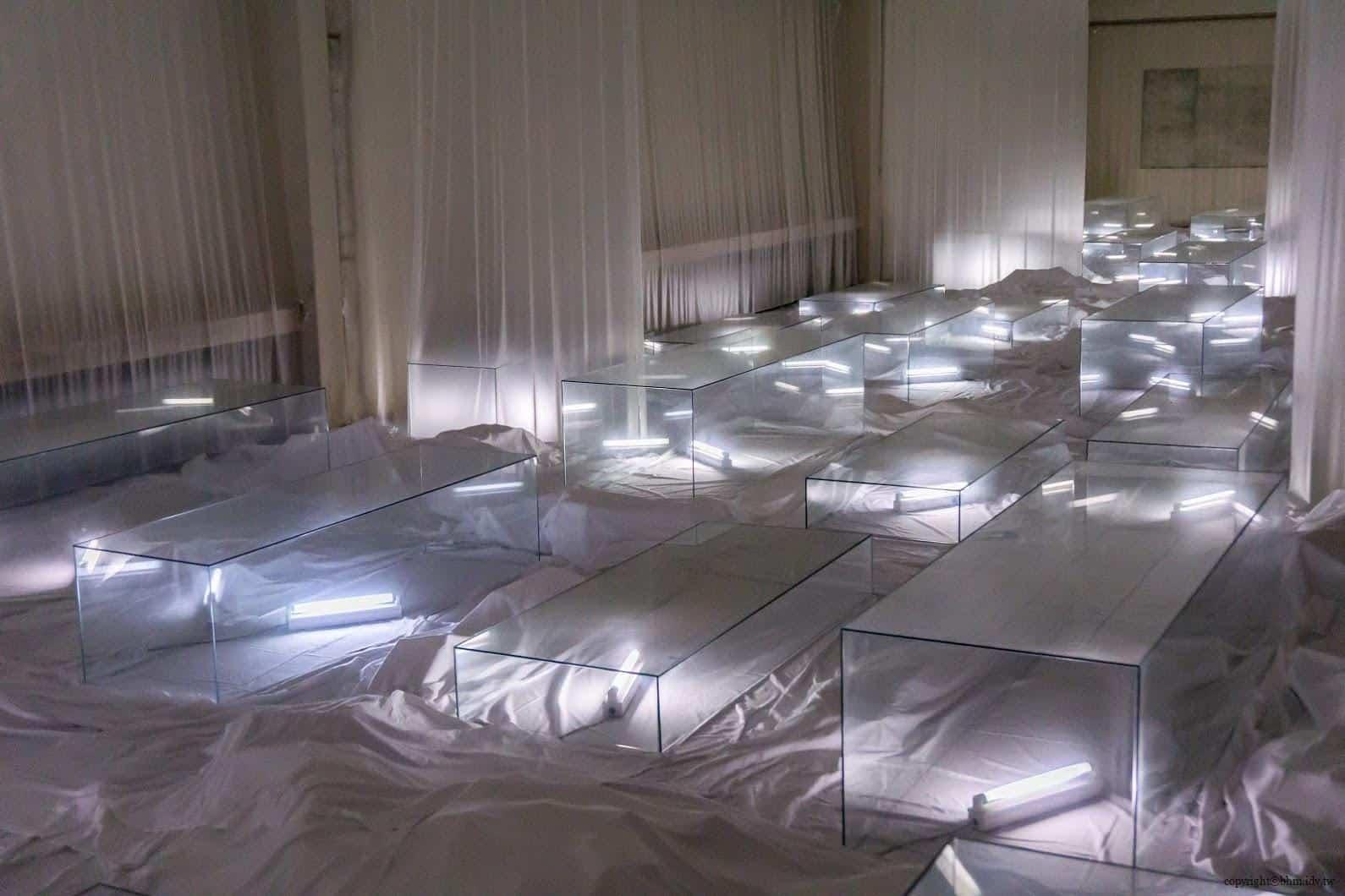 克利斯蒂安‧波爾坦斯基+將‧卡爾曼,最後的教室,列著玻璃棺木的教室 最後的教室 最後的教室 the last class 10
