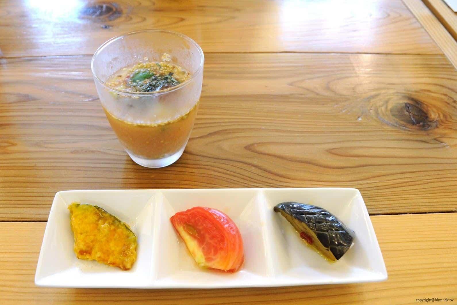 KITCHEN,米澤文雄(Jean-Georges),前菜是法式味噌冷湯,很有特色但沒有合筆者胃口,喝一口就放在旁邊。下方擺盤由左而右的南瓜、番茄與茄子,用不同方式料理口感留下深刻印象 art-field 奴奈川校園-TSUMARI KITCHEN tsumari kitchen 04