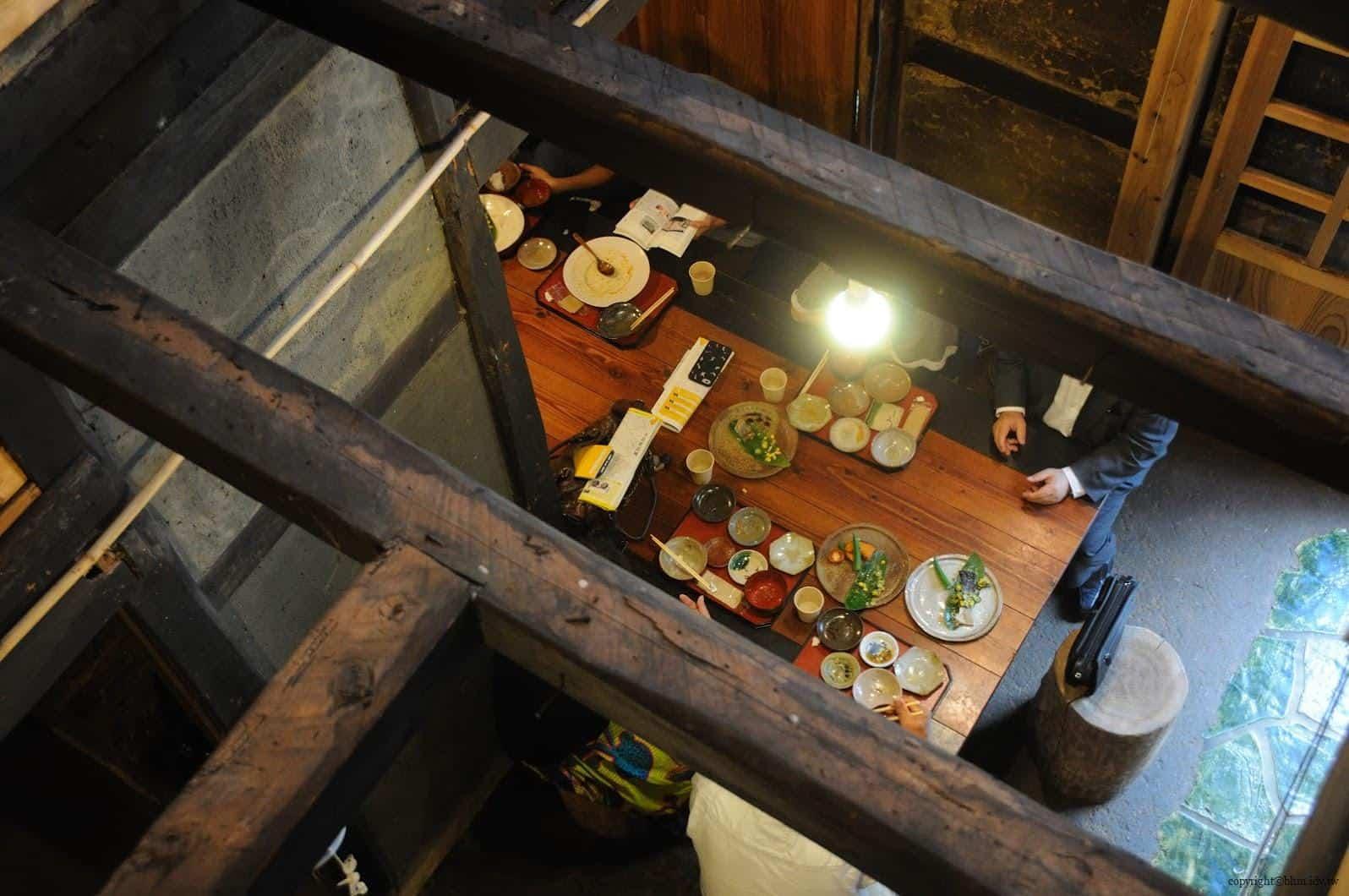 入澤美時/安藤邦廣,產土神之家,這間茅葺屋有90年歷史,一樓還有女老闆們以當地食材入菜及使用現代陶藝家的食器的餐廳;大地藝術祭時間外也有提供服務 產土神之家 產土神之家 ubusuna house 07
