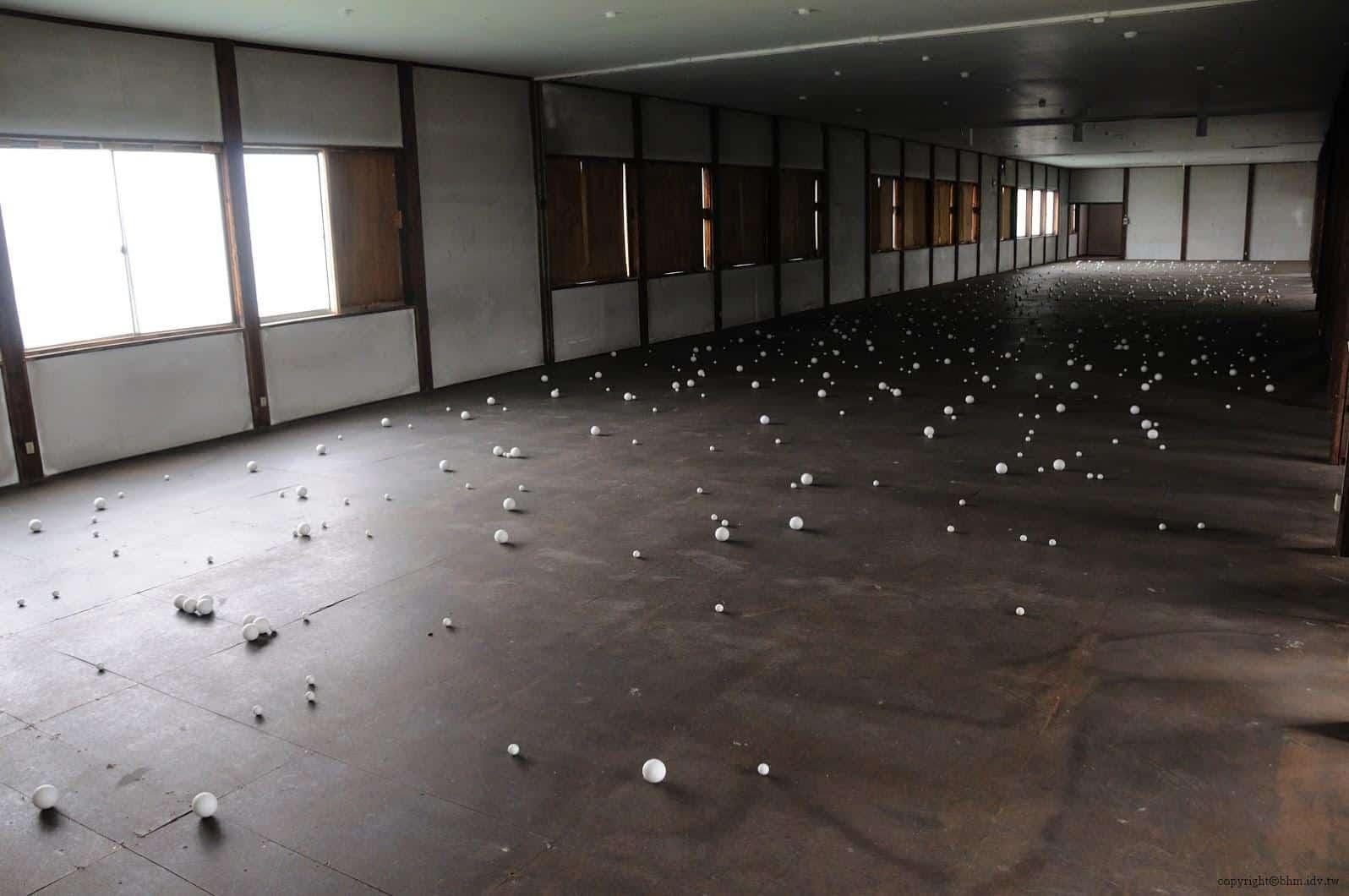 達米安‧奧爾特加,Warp Cloud,二樓的球體散佈於地面上,與一樓的懸掛完全不同調 warp cloud Warp Cloud warp cloud 04