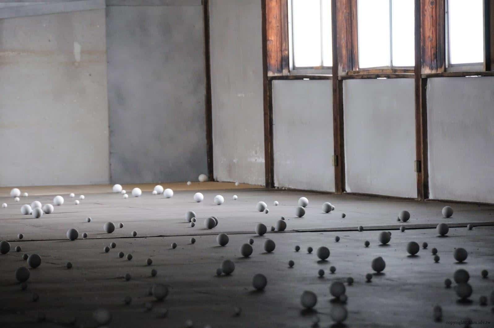 達米安‧奧爾特加,Warp Cloud,二樓的球體散佈於地面上,與一樓的懸掛完全不同調 warp cloud Warp Cloud warp cloud 06